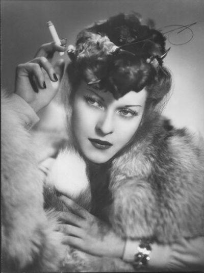 Arturo Ghergo | L'attrice Mariella Lotti con un abito di Caraceni, 1938