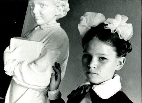 Alunna accanto alla statua di Lenin bambino. Russia, 1989