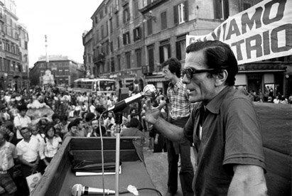 Vittorio La Verde - Pier Paolo Pasolini a una manifestazione di solidarietà con il popolo basco. Roma, Piazza di Spagna, 1973