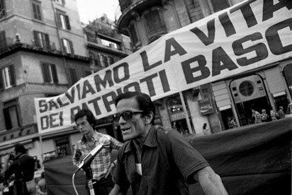 Vittorio La Verde - Pier Paolo Pasolini a una manifestazione di solidarietà con il popolo basco. Roma, 1973