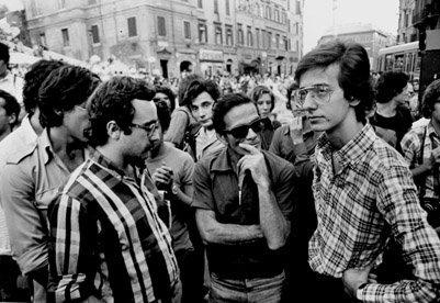 Vittorio La Verde - Pier Paolo Pasolini con Ferdinando Adornato e Walter Veltroni a una manifestazione di solidarietà con il popolo basco. Roma, Piazza di Spagna, 1973