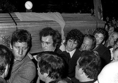 Vittorio La Verde - Bernardo Bertolucci e Ninetto Davoli ai funerali di Pier Paolo Pasolini. Roma, 5 novembre 1975
