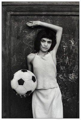 La bambina con il pallonePalermo, quartiere La Cala, 1980