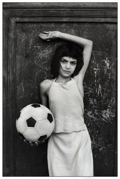 Letizia Battaglia | La bambina con il pallone. Palermo, quartiere La Cala, 1980