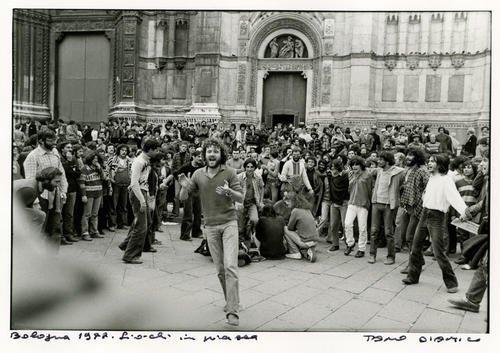 Bologna, 1977. Giochi in piazza Maggiore
