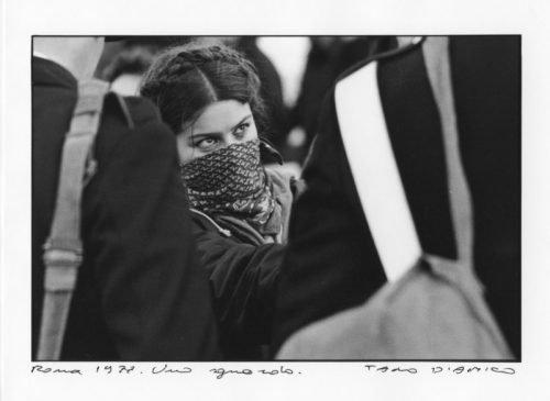 Tano D'Amico - Roma, 1977. Uno sguardo (ragazza e carabinieri)