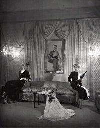 Pasquale De Antonis | Nell'atelier di Emilio Schuberth. Tra le modelle, il ritratto dello stilista. Roma, 1948