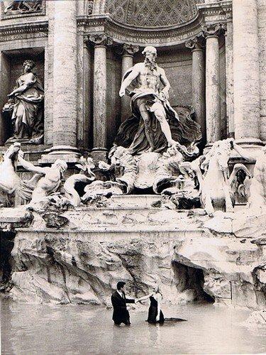 """M. Mastroianni e A. Ekberg sul set de """"La dolce vita"""" di F. Fellini, Roma, 1959"""