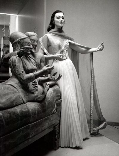 Ivy Nicholson con un abito di Gattinoni e gioelli di Luciana De Reutem al Museo Etrusco di Valle Giulia. Roma,1956