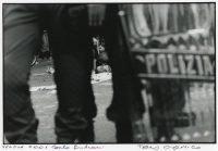 Il corpo di Carlo Giuliani, manifestante no-global ucciso da un carabiniere. Genova, Piazza Alimonda, 20 luglio del 2001. Fotografia originale di Tano D'Amico