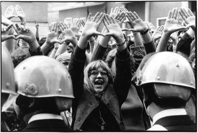 Paola Agosti | Roma 4 aprile 1977: manifestazione davanti al tribunale per il processo ai violentatori di Claudia Caputi