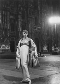 Elsa Haertter | Modella in Piazza Duomo, Milano, 1955
