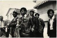 Jeffrey Blankfort | Bobby Seale, leader delle Black Panthers, parla davanti alla casa dove è stato ucciso Bobby Hutton. Oakland, California, aprile 1968
