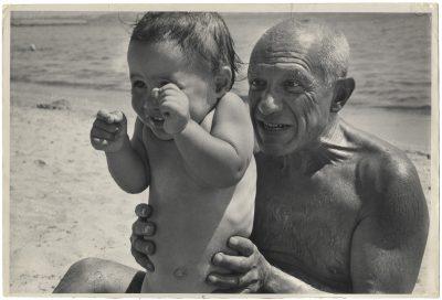 Robert Capa | Pablo Picasso con suo figlio Claude. Golfe Juan, Francia, agosto 1948