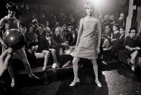 Mario Orfini | Mary Quant assiste a una sfilata. Milano, 1967