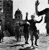 Robert Capa | Soldati italiani si arrendono agli Alleati. Troina (Sicilia), agosto 1943