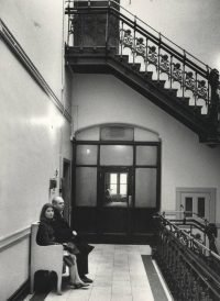 Ugo Mulas | Pat e Claes Oldenburg nel vano della scala del Chelsea Hotel, New York 1964