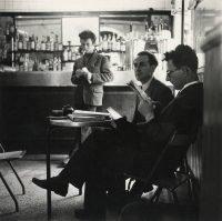 Ugo Mulas | L'astronomo Alberto Masani e il regista Stefano Ubezio al bar Jamaica. Milano, 1956