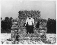 Enrico D. Bona | Alessandro Mendini seduto sulla sua Sedia di paglia, 1974