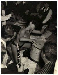Tazio Secchiaroli Aiche Nana, spogliarello al Rugantino. Roma Trastevere 5 novembre 1958
